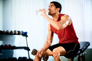 caucasian_man_water_hydrate_weights_gym